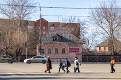 Maloyaroslavets,俄罗斯- 2018年4月:横渡行人交叉路的人们对茹科夫摆正 免版税库存照片