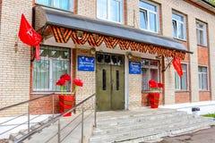 Maloyaroslavets, Rússia - em maio de 2016: Departamento da cultura da cidade de Maloyaroslavets decorada antes do feriado nono ma fotos de stock royalty free