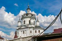 MALOYAROSLAVETS, RUSLAND - MEI 2016: Grondgebied van het het kloosterklooster van svyato-Nikolskiy Chernoostrovskiy in Maloyarosl stock afbeeldingen