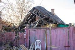 Maloyaroslavets, Russie - avril 2018 : Vieille maison en bois effondrée dans Maloyaroslavets images libres de droits