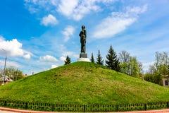 Maloyaroslavets Ryssland - Maj 2016: Den militära graven av det stora patriotiska kriget av 1941-1945 arkivfoto