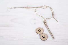 Malplaatje met houten naald en knopen Stock Afbeelding