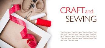 Malplaatje met hulpmiddelen om te naaien en met de hand gemaakt Royalty-vrije Stock Foto's