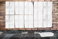 Malplaatje - Muur van Verfrommelde Affiches op bakstenen muur & voetpad Royalty-vrije Stock Foto