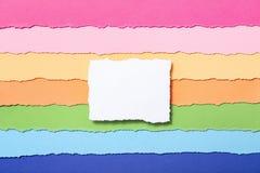 Malplaatje voor het schrijven van tekst in het centrum, een wit stuk van document op een multi-colored gestreepte achtergrond van stock foto's