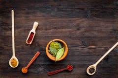 Malplaatje voor menuontwerp De lege ruimte holt dichtbij uit en lepels met kruiden op de donkere houten ruimte van het achtergron Royalty-vrije Stock Foto