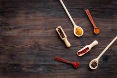 Malplaatje voor menuontwerp De lege ruimte holt dichtbij uit en lepels met kruiden op de donkere houten ruimte van het achtergron Stock Foto