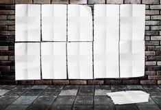 Malplaatjemuur van Verfrommelde Affiches op bakstenen muur & voetpadgrou Royalty-vrije Stock Afbeelding
