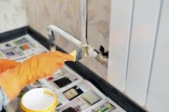 Malt einen Heizungsheizkörper in der Wohnung Lizenzfreie Stockbilder