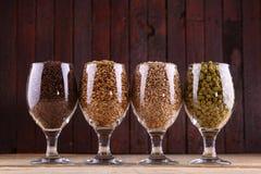 Malt et houblon en verres images libres de droits