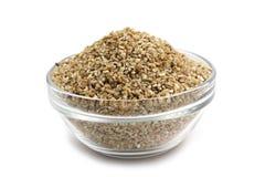 Malt korn av vete i en glass behållare arkivfoto