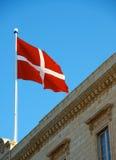 Maltańczyk flaga zakończenie up na dachu budynek, Malta flaga w niebieskiego nieba tle, czerep, flaga na wietrznym dniu, czyta i b Obraz Stock