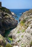 Maltańska linia brzegowa z falezami, złoto kołysa nad morzem w Malta wyspie z błękitnym jasnym nieba tłem, Malta, ładna zatoka Obrazy Royalty Free