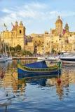 Maltański łódkowaty luzzu cumował w schronieniu w Dockyard zatoczce Bir Fotografia Stock