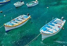 Maltańskie łodzie na przejrzystej zieleni wodzie Wied Zurrieq Fjord Fotografia Royalty Free