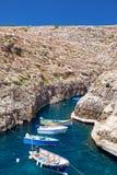Maltańskie łodzie na przejrzystej zieleni wodzie Wied Zurrieq Fjord o Zdjęcie Stock