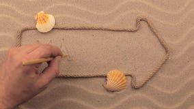 Malta-Aufschrift eigenhändig geschrieben auf den Sand, in den Zeiger gemacht vom Seil stock footage