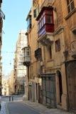 Malta august Valletta historiska byggnader 2015 på den skuggiga gatan arkivfoto