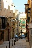 Malta august Valletta sikt 2015 av gatan av den gamla sityen fotografering för bildbyråer