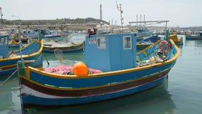 Malta 6 de julio de 2016 Barcos típicos coloridos en Marsaxlokk - pueblo tradicional mediterráneo del pescador metrajes