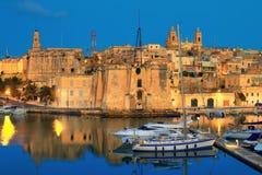 Malta de tre städerna; en nattsikt till Cospicua Royaltyfria Bilder
