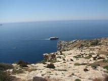Malta - fartyg som korsar ön nära den blåa grottan Arkivfoton