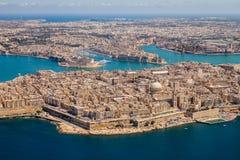 Malta flyg- sikt Valletta, huvudstad av Malta, storslagna hamn-, Senglea och Il--Birgu eller Vittoriosa städer, fort Ricasoli royaltyfri bild