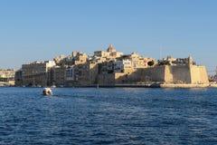 Malta fort Sain Angelo på tre städer Storslagen hamnhavssikt från Valletta royaltyfria foton