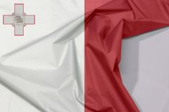 Malta-Gewebeflaggenkrepp und -falte mit Leerraum stockfotos
