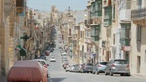 MALTA - Juli 1, 2016: Byggnader arkitektur, sikt på en stadsgata i Malta stock video
