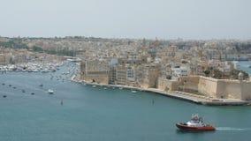 Malta, La Valletta - 1° luglio 2016: Vista da Baraka Gardens superiore sul museo di guerra su Senglea, su Birgu e su Kalkara video d archivio