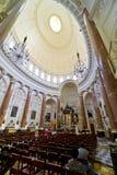 Malta los angeles Valletta, wewnętrzny widok Karmelicki kościół, apsyda i kolumnada, Obrazy Stock