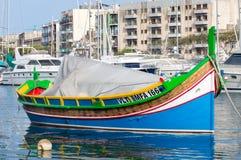 Malta - Maj 7, 2017: Traditionell Maltasecolorfullfiskebåt Royaltyfria Bilder