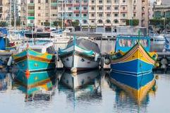 Malta - Maj 7, 2017: Traditionella Maltasecolorfullfiskebåtar Arkivfoton