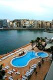 Malta, panorama del St. Julians con la piscina del hotel Foto de archivo