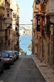 Malta rua de Valletta do agosto de 2015, vista do mar através da rua histórica imagens de stock royalty free