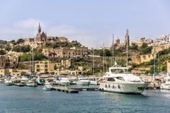 Malta-` s Hafen mit alten Architekturtempeln und verschiedenen Booten stockfotos