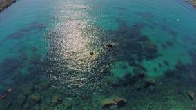 malta Schilderachtige zeebedding, onderwaterrotsen en ertsaders Turkoois Zeewater Mening van de lucht, overzees, stock footage