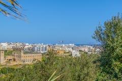 Malta Swieqi stad nära den Paceville sikten från över arkivbild