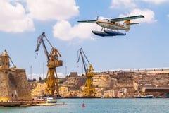 malta valetta För den De Havilland Kanada DHC-3 för hamnluftsjöflygplanet uttern 9H-AFA turbinen tar av i den storslagna hamnen,  arkivfoto