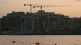 Malta Valletta, 3. av Juli 2016 Byggnadskonstruktion med kranar Konstruktion av mång--våning byggnader lager videofilmer