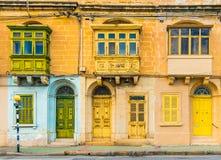 Malta Valletta: Fasad av ett bostads- hus med traditionella maltese balkonger Arkivbild