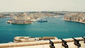 Malta Valletta - Juli 1st, 2016: Sikt från övreBaraka Gardens på krigmuseum på Senglea, Birgu och Kalkara lager videofilmer