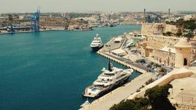 Malta Valletta - Juli 1st, 2016: Sikt från övreBaraka Gardens på krigmuseum på Senglea, Birgu och Kalkara stock video
