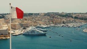 Malta Valletta - Juli 1st, 2016: Sikt från övreBaraka Gardens på krigmuseum på Senglea, Birgu och Kalkara arkivfilmer