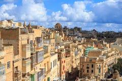 Malta, Valletta Kapitał z wysokimi tradycyjnymi wapni budynkami pod niebieskim niebem z few, chmurnieje Obrazy Stock
