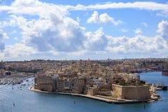 Malta, Valletta Senglea, warowny uroczysty schronienie pod niebieskim niebem z few chmurnieje Panoramiczny widok, grodzki tło Zdjęcia Royalty Free