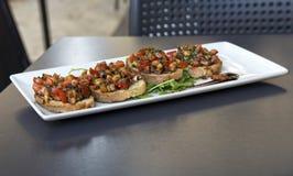 Maltees voedsel op onscherpe achtergrond, Echte Italiaanse brucheta, Siciliaans voedsel, verse snack in Sicilië, Italiaanse keuke Royalty-vrije Stock Fotografie