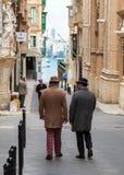 Maltese heren uit voor een ochtendwandeling Stock Foto's