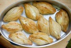 Maltesisk stekhet läckerhet, pastizzi Pastizzi typisk gatamat Maltesiska pastas med ricotta och ärtor maltese mat Foto från t arkivbilder